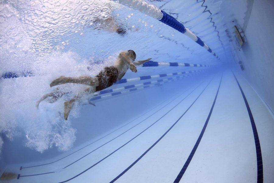 начал заниматься плаваньем